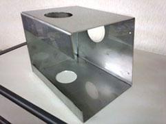 レーザ切断による精密板金加工: 切断、曲げ加工、タップ